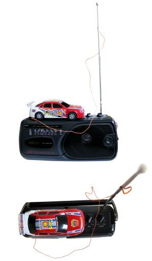 """Antenas vernáculas concebidas para decodificar y """"robar"""" la señal de la emisora estatal de radio """"para Centros de Gastronomía y Comercio de Ciudad de la Habana"""". Los creadores de estas antenas las ocultaban en cajas pequeñas de plástico y mas comúnmente en el interior de autos de juguete. Esa es la razón por la cual había tantos televisores y radios en la Habana atados con un cable delgado a pequeños autos de carrera o a camiones de bomberos y autos de policía. Habana, 2005"""